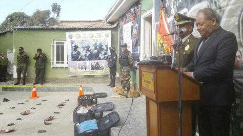El ministro Carlos Romero presenta la droga incautada en El Alto. Foto: Williams Farfán