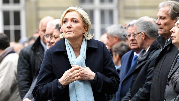 Marine Le Pen, quien ya lanzó su campaña de cara al ballottage, estuvo en el homenaje al policía asesinado (AFP)