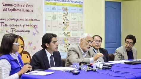 El representante de la Organización Panamericana de la Salud (OPS) en Bolivia, Fernando Leanes, y autoridades del Ministerio de Salud