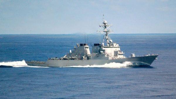 El navío estadounidense lanzó repetidas advertencias antes de disparar una bengala