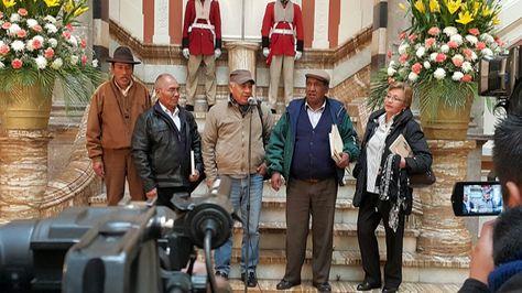 Augusto Ledezma, dirigente de los adultos mayores, hace declaraciones a su salida del Palacio de Gobierno. Foto: Ángel Guarachi
