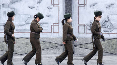 Soldados del Ejército Popular de Corea en patrullaje.