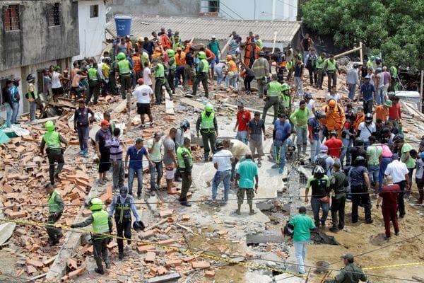 Socorristas buscan entre los escombros cuerpos con vida. (REUTERS)