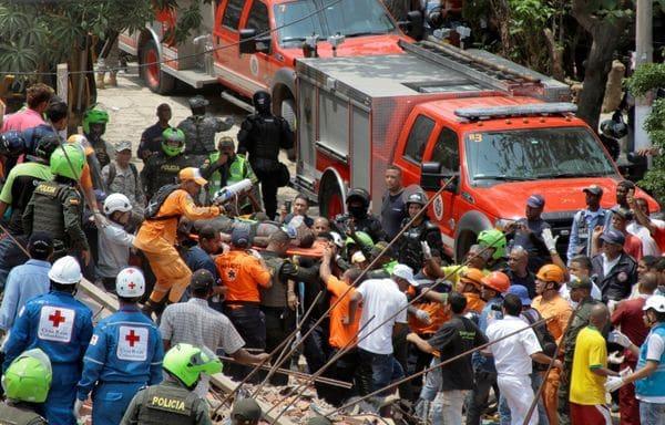 Grupo de rescate saca un obrero herido del lugar de la tragedia. (REUTERS)