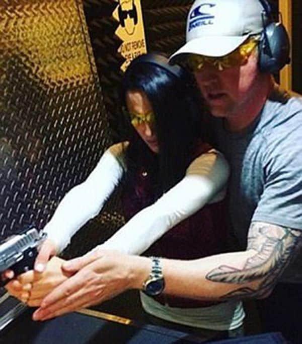 O'Neill enseñando a su prometida a disparar