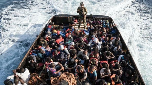 Migrantes tras ser rescatados de un naufragio en el Mediterráneo (AFP)