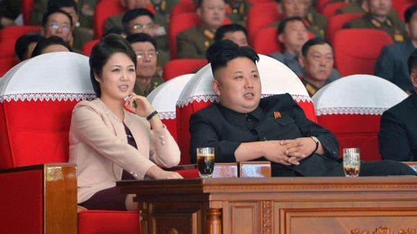 El dictador norcoreano Kim Jong-un junto a su esposa.