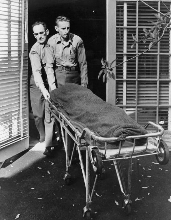Enfermeros retiran el cuerpo de Marilyn Monroe de su casa de Los Ángeles el 5 de agosto de 1962 (Getty Images)
