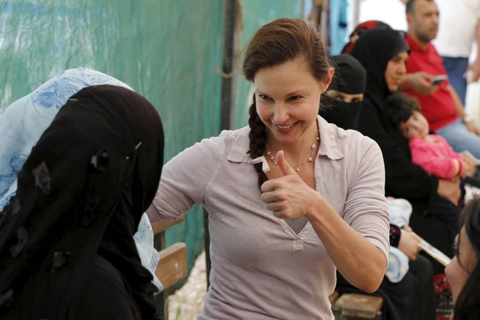 La actriz Ashley Judd somo Embajadora de Buena Voluntad de la ONU con algunas refugiadas sirias, el pasado abril de 2016.