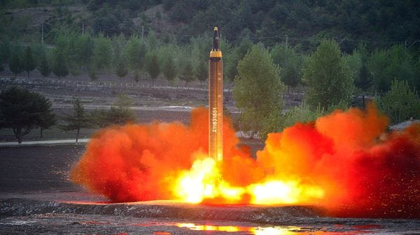 El programa de misiles balísticos de Corea del Norte es el eje actual de las tensiones. En la foto un Hwasong-12 de largo alcance, que podría montar una ojiva nuclear (Reuters)