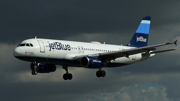 La aerolínea JetBlue desvía tres vuelos por un peligroso olor en el interior de sus aviones