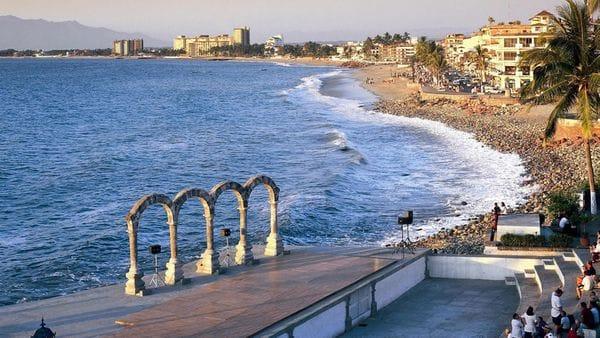 Las playas de Puerto Vallarta son un lugar de descanso y para hacer negocios.