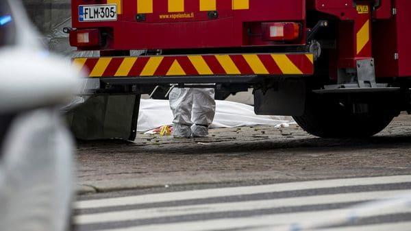 """""""La policía busca a otros posibles autores del crimen en Turku. Pide a la población que abandone y evite el centro de Turku"""", escribieron las fuerzas del orden (Reuters)"""