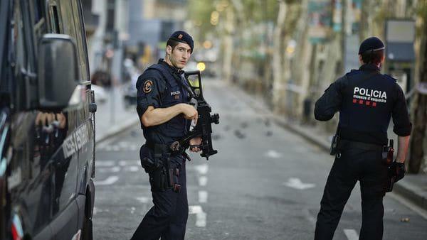 La policía custodia las zonas aledañas a La Rambla, en Barcelona.(AP Photo/Manu Fernandez)