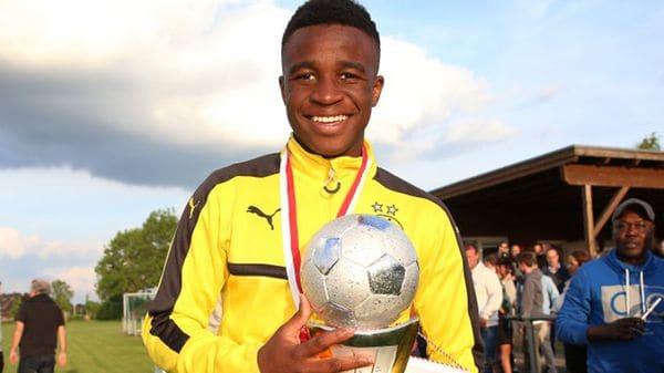 Youssoufa Moukoko es camerunés, tiene 12 años y juega en el equipo sub 17 del Borussia Dortmund
