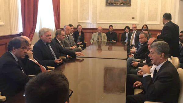 La Junta Directiva del Parlamento reunida con los embajadores