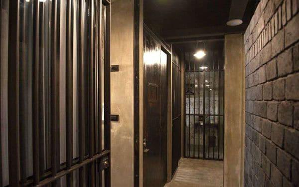 Hay habitaciones comunes, otras estilo confinamiento solitario y otras con balcón.