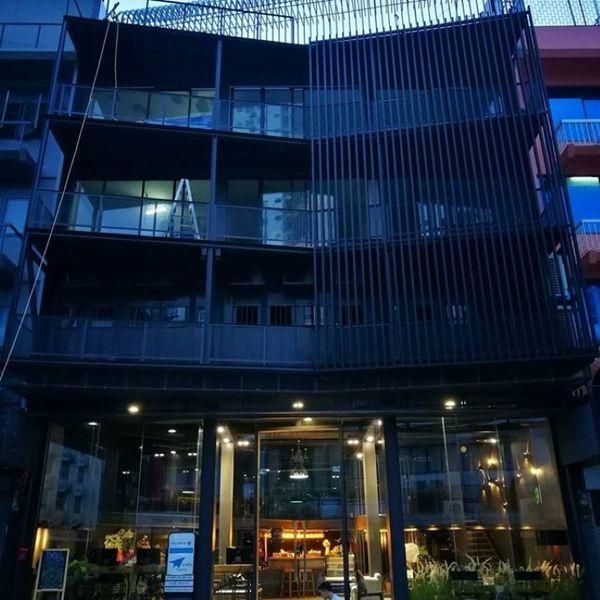 El edificio, ubicado en el barrio de Udom Suk, tiene rejas y alambre de púa.