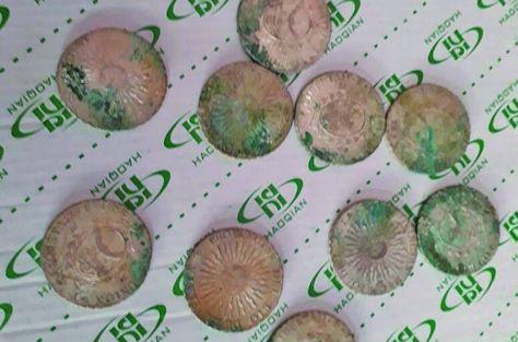 Las monedas de plata encontradas durante las excavasiones que hicieron los mineros en Colquechaca. Foto: El Potosí