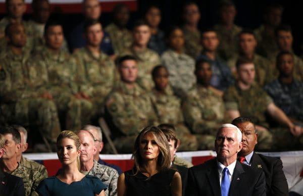 La hija y consejera del presidente Ivanka Trump, la primera dama Melania Trump y elVice Presidente Mike Pence escuchan el discurso de Donald Trump (REUTERS/Joshua Roberts)