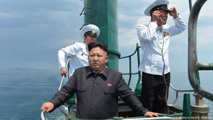 Nordkorea Kim Jon-un besucht U-Boot (picture-alliance/dpa/R. Sinmun)