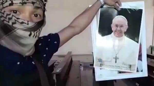 Un terrorista muestra una foto del papa Francisco donde amenaza al jefe de la iglesia Católica.