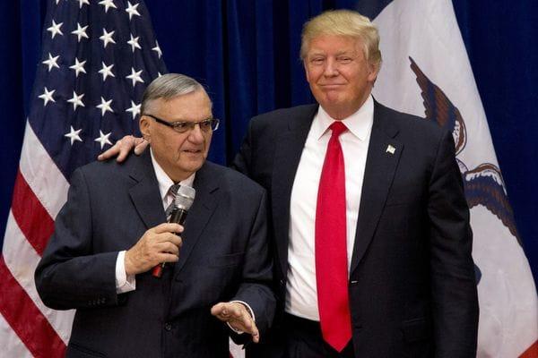Arpaio junto a Trump en un acto de la campaña presidencial (AP Photo/Mary Altaffer, File)