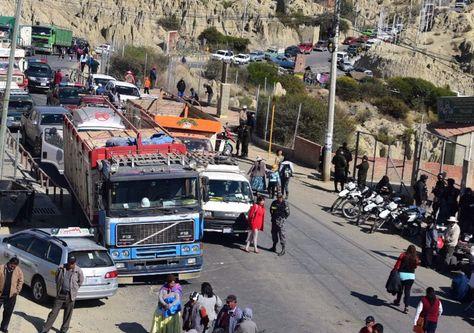Transportistas y comunarios bloquean el ingreso a Mallasa. Foto: Alejandra Rocabado
