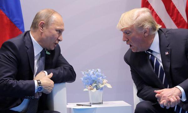 Vladimir pUtrin y Donald Trump, durante la cumbre del G20 enHamburgo, Alemania, el 7 de julio de 2017 (Reuters)