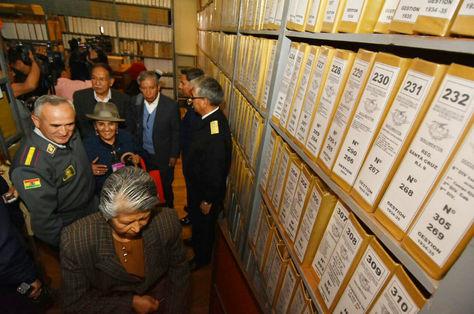 La Comisión en su visita al archivo militar del Estado Mayor de las Fuerzas Armadas. En primer plano, Heredia, su presidenta.