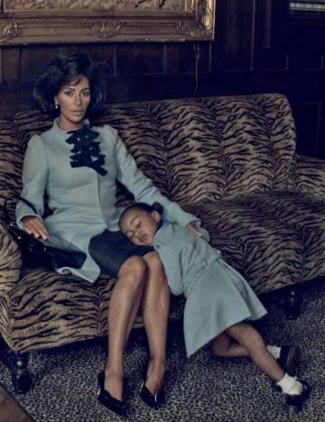 Kim Kardashian y su hija North, retratadas por Steven Klein. Imagen compartida en su cuenta de Twitter.
