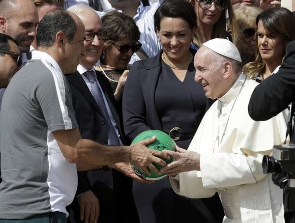 Los directivos de Chapecoense le regalarona Francisco un balón con los colores del club. (AP)