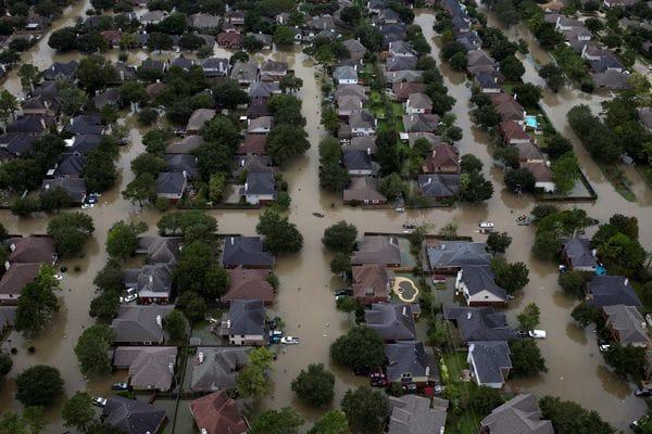 Casas bajo el agua en la zona noroeste de Houston (Reuters)