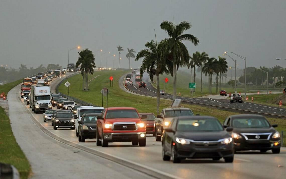 Decenas de auto se dirigen en dirección norte en la autopista Florida Turnpike cerca de Homestead, el miércoles 6 de septiembre de 2017.