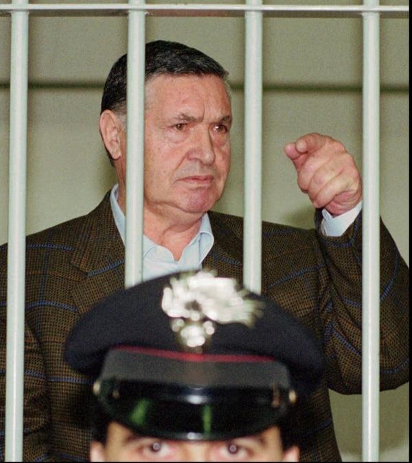 """En esta imagen del 29 de abril de 1993, el """"capo de capos"""" de la mafia, Salvatore """"Toto"""" Riina, entre rejas durante un juicio en Roma. (AP Foto/Giulio Broglio, Archivo)"""
