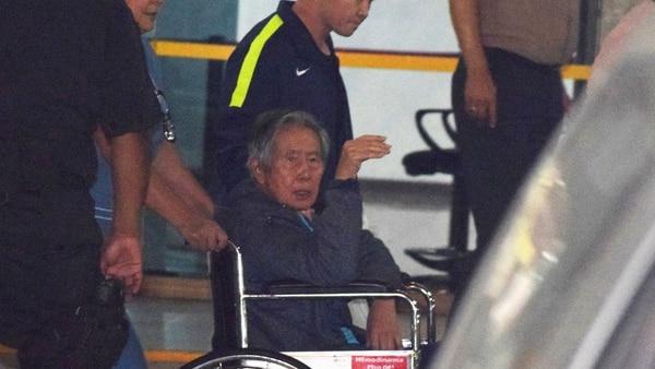 El ex presidente peruano Alberto Fujimori al salid de la clínica Centenario de Lima, en Perú (Reuters)