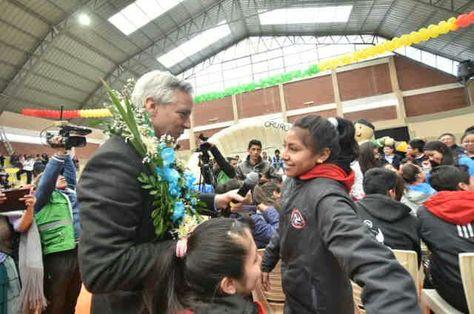 García saluda a una deportista en la entrega de un coliseo en Oruro.