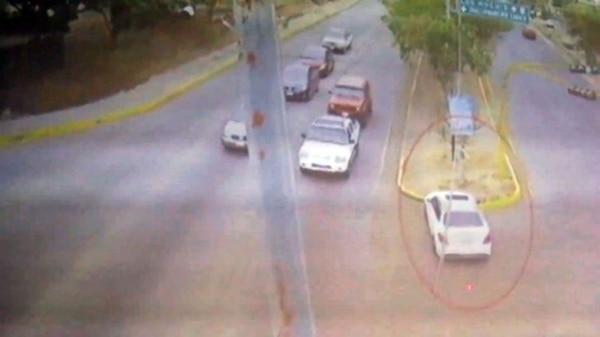 La imagen muestra el Mercedes Benz blanca de Francisco Javier antes de impactarse contra el poste.