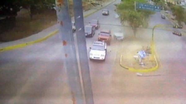 El vehículo de Francisco Javier quedó sobre la avenida después de haberse impactado contra un poste del camellón.