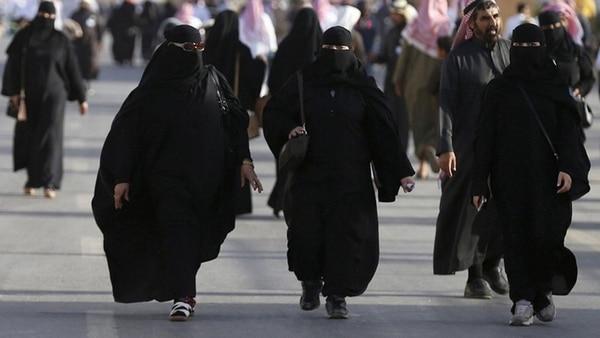 Un clérigo saudita abrió la puerta a que las mujeres puedan prescindir de la abaya