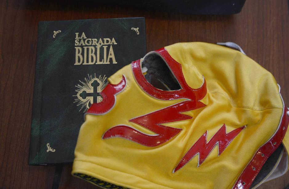 La Biblia y una de las máscaras de Fray Tormenta. (E. Vaquerizo)