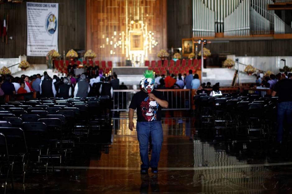 Un luchador visita la Basílica de Nuestra Señora de Guadalupe durante la peregrinación anual de practicantes de lucha libre a esta iglesia en Ciudad de México, el 25 de agosto de 2016. (Reuters)