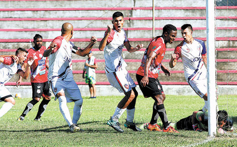 Jugadores de Royal Pari celebran el gol. Foto: APG