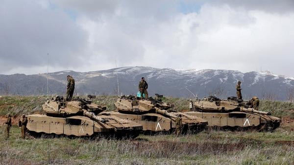 Tanques Merkava del ejército israelí preparados en las montañas del norte del país (Reuters)