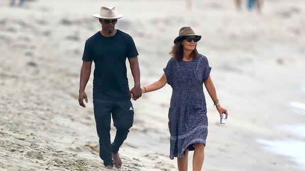 Jamie Foxx y Katie Holmes en un paseo romántico en la playa en setiembre del 2017. Photo © 2017 Backgrid/The Grosby Group