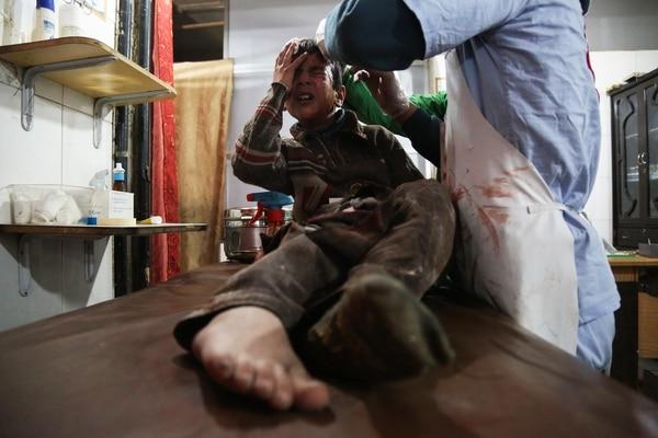 Un niño herido en los ataques recibe asistencia médica (AFP)