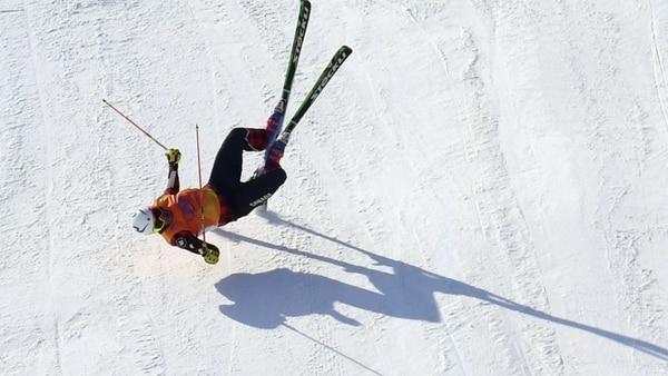 Christopher Delbosco impactó de costado contra el suelo y sufrió una fractura en la pelvis (Reuters)