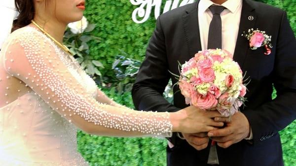 Una pareja de enamorados, cuya unión fue rechazada por sus familias, decidió casarse de todas formas con la asistencia de una familia alquilada (AFP)