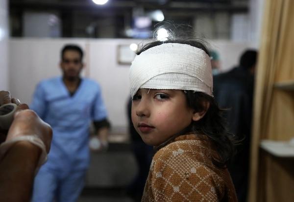 Centros médicos de Siria reciben a niños heridos por los bombardeos en Guta Oriental (AFP PHOTO / Ammar SULEIMAN)