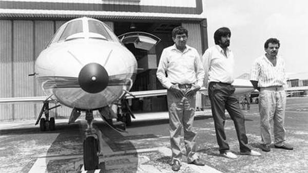 Amado Carrillo junto a uno de los aviones de su flota que utilizaba para transportar droga.